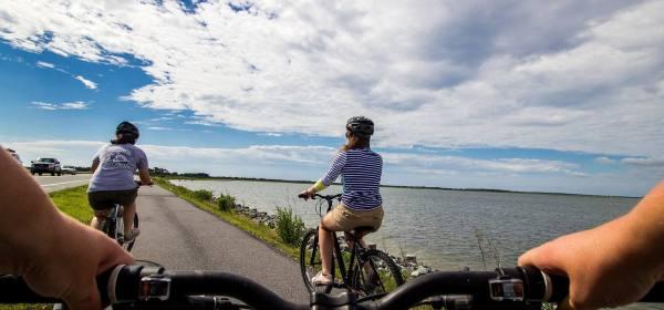 Estrada bicicleta passeio família