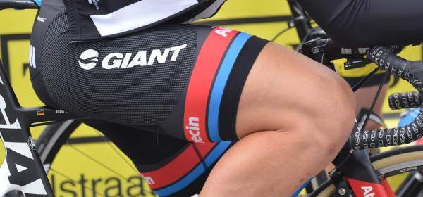 Ciclista giant alpecin pernas raspadas depiladas