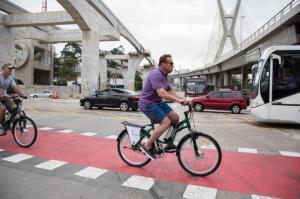Arnold Schwarzenegger andando de bicicleta em São Paulo